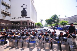 State Security Forces block access to Parliament building (photo by Hassan Ibrahim)