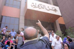 Protesters outside the Administrative court in Cairo wait for a Court ruling on the panel of Judges designated to decide on the legitimacy of the constitutional committee on 30 July in Cairo (photo: The Daily News Egypt/ Mohamed Omar)