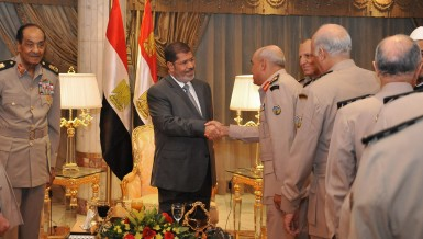 This handout picture released by the Egyptian presidency shows Egyptian President Mohamed Mursi (C) meeting with Field Marshal Hussein Tantawi (L), Egyptian Armed Forces Chief Of Staff Sami Anan (2nd R) and members of the Egyptian Supreme Council of Armed forces ahead of an Iftar meal ceremony at the Al-Jalaa military club in Cairo on July 29, 2012 (photo: AFP /HO/EGYPTIAN PRESIDENCY)