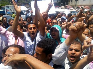 Workers demonstrate in front of the Presidential Palace asking for their bonuses (Photo: Mohamed Omar)