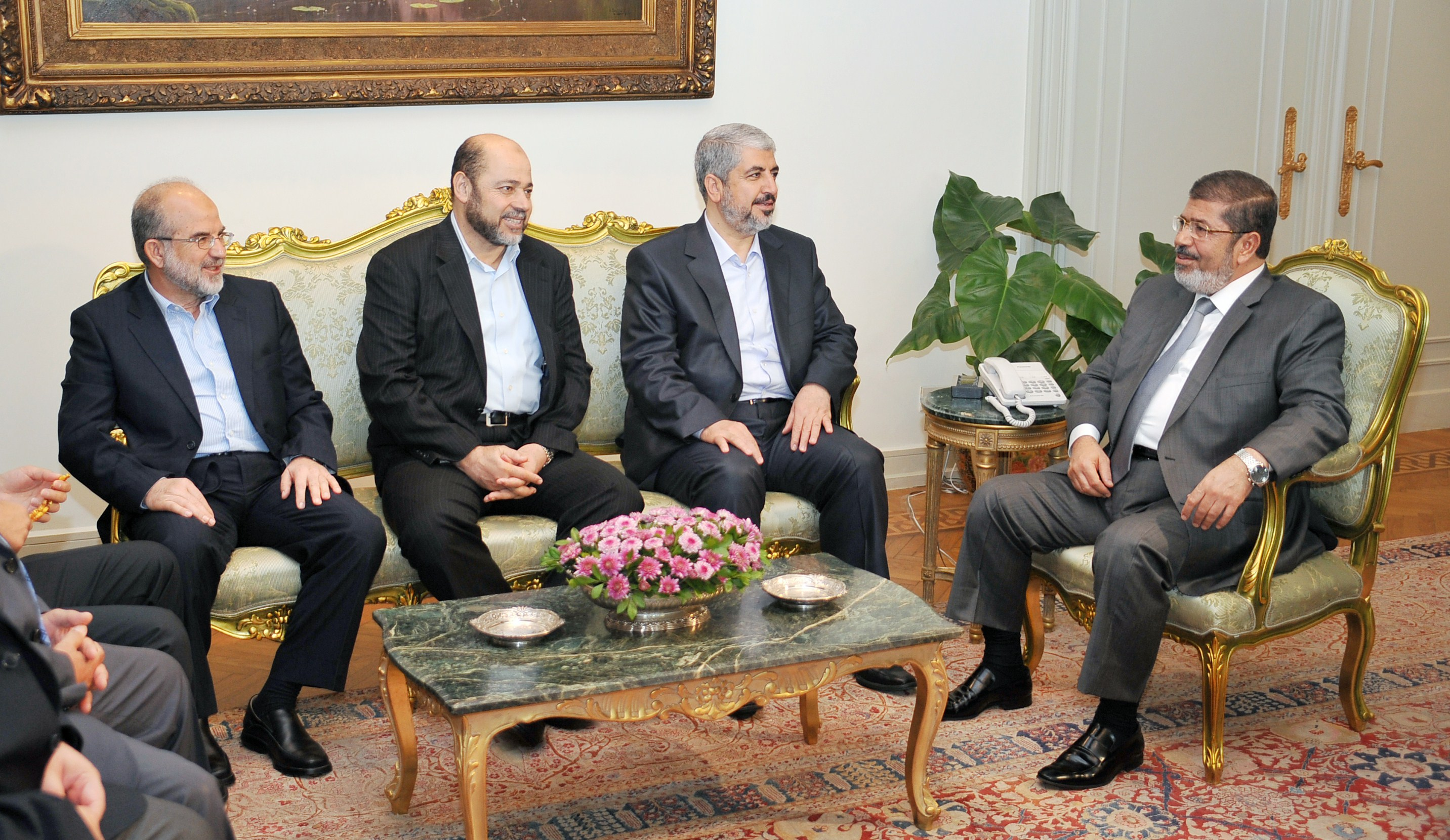 A handout picture released by the Egyptian presidency shows Egyptian President Mohamed Morsy (R) meeting with Palestinian Hamas political bureau chief Khaled Misha'al (2nd R) at the presidential palace in Cairo on 19 July 19 2012 (photo: AFP PHOTO/EGYPTIAN PRESIDENCY)