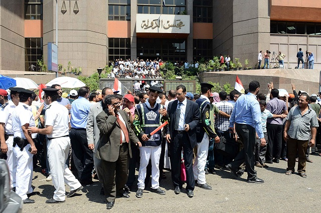 crowds gather to protest outside of the Administrative Judiciary Court building (Photo: Mohamed Omar)