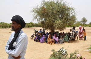Refugees from Mali rest in the shade of a tree inside a refugee camp (photo: AFP / Ahmed Ouoba)