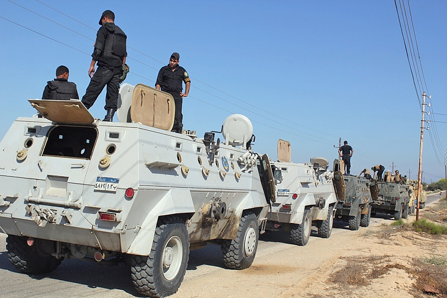 Egyptian security forces stand by their Armored Personnel Carriers ahead of a military operation in the northern Sinai peninsula (File photo) AFP PHOTO / Stringer