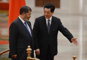 Chinese President Hu Jintao (right) shows the way to the Egyptian President Mohamed Morsi during a welcoming ceremony at the Great Hall of the People in Beijing on August 28, 2012 (AFP Photo / MARK RALSTON)