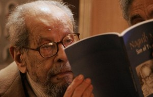 Egyptian Nobel laureate Naguib Mahfuz is pictured on 12 February 2006 at a hotel in Cairo AFP PHOTO / Cris Bouroncle