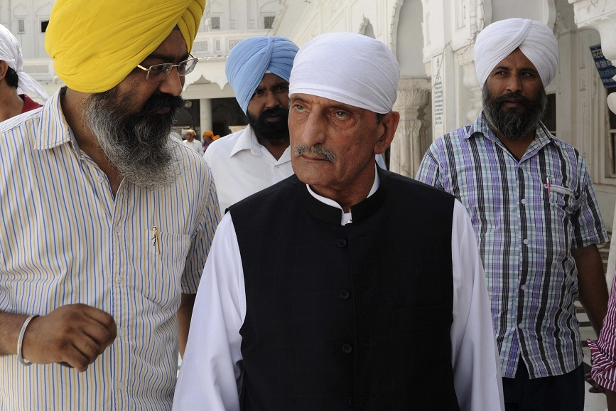A file photo taken on 19 May 2011 shows Pakistani Federal Railways Minister Haji Ghulam Ahmed Bilour (centre) paying his respects at the Sikh Shrine the Golden temple in Amritsar. AFP PHOTO / NARINDER NANU
