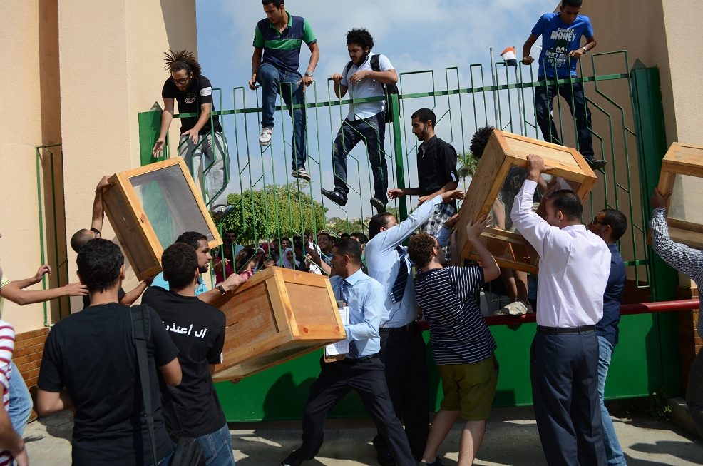 GUC security personnel trying to prevent students from entering the university campus with the referendum boxes Haleem Elshaarani / DNE