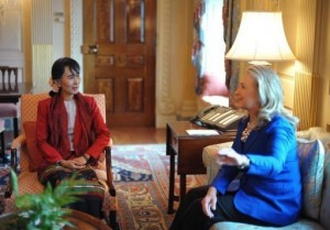 Myanmar's democracy icon Aung San Suu Kyi (L) meets with US Secretary of State Hillary Clinton (AFP, Mandel Ngan)