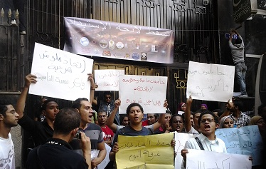 Students protesting university bylaws at the ministry of higher education. (Photo by Fady Salah / DNE)