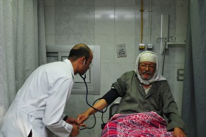 Despite the strike by medical staff, a doctor provides treatment to a man in Mounira hospital Hassan Ibrahim / DNE