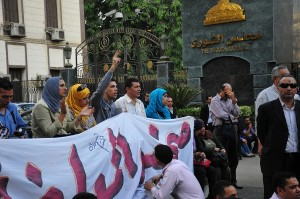 Journalists from politically affiliated newspapers protest in front of the People's Assembly Hassan Ibrahim / DNE