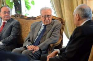 Lakhdar Brahimi (C) and his deputy Nasser al-Qudwa meet with Egyptian Foreign Minister Mohammed Kamel Amr (R) in Cairo on October 16, 2012. (AFP Photo)