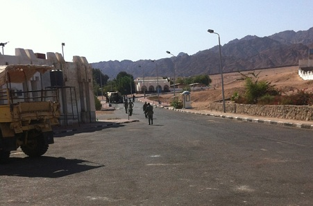 Soldiers patrol the streets around the police station in Dahab. (Photo by Daily News Egypt)