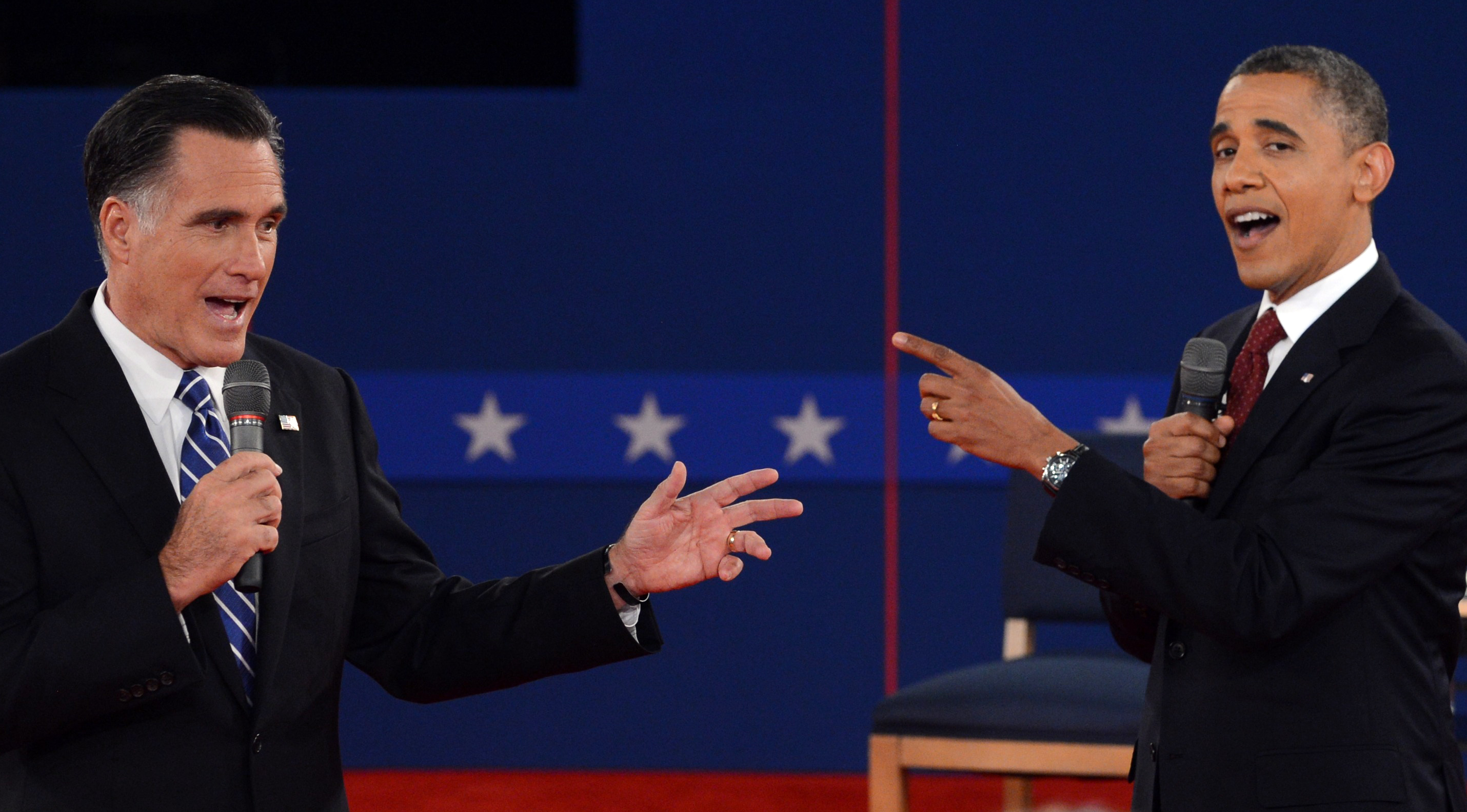 US President Barack Obama (R) and Republican presidential candidate Mitt Romney (L) participate in the second presidential debate. (AFP Photo/ Saul Loeb)