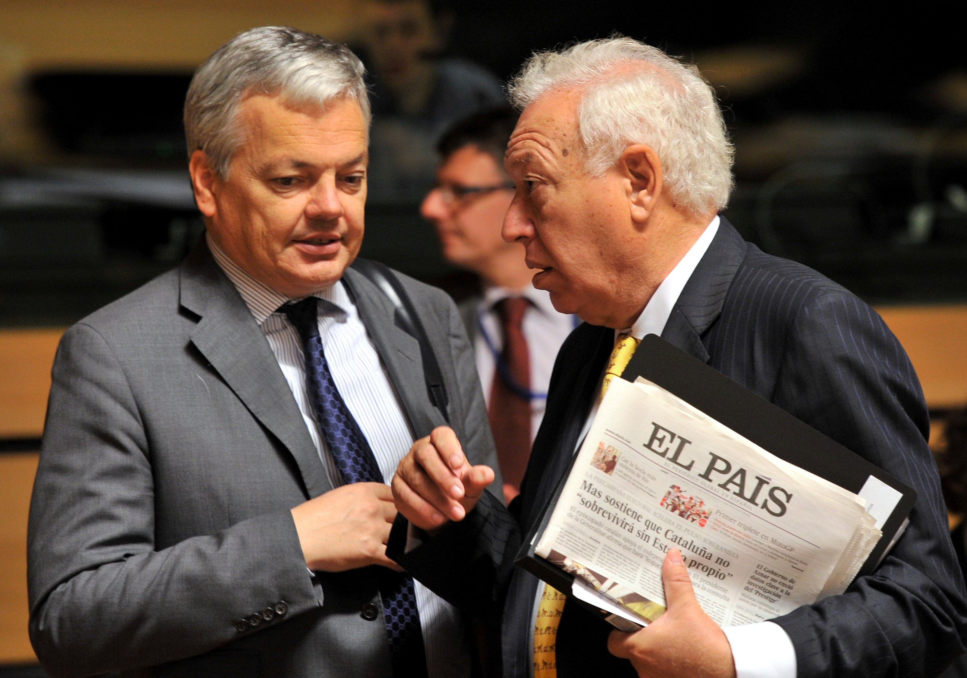 Spanish Foreign minister Jose Manuel Garcia Margallo (R) speaks with Belgian Foreign Minister Didier Reynders (L) before a Foreign Affairs ministers meeting on October 15, 2012 in Luxembourg. (AFP PHOTO / JOHN THYS)
