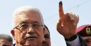 Palestinian President Mahmud Abbas shows his ink-stained finger after voting for the municipal elections at a polling station in Al-Bireh, a town adjacent to the West Bank city of Ramallah, on October 20, 2012. (AFP Photo)