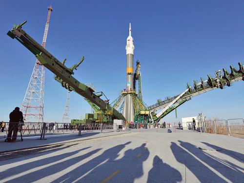 The Soyuz TMA-06M spaceship is mounted on a launch pad at the Russian leased Kazakh Baikonur cosmodrome, on Sunday. (AFP Photo)