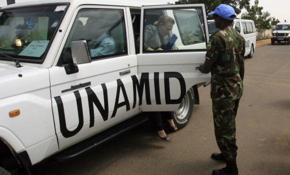 A representative of the UNAMID arrives to a meeting on security with local officials attended by visiting EU diplomats on Oct. 17, 2012 in El-Fasher in Sudan's North Darfur state. (AFP Photo)