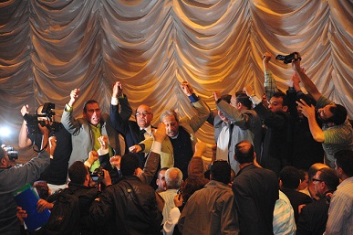 Head committee of the Journalists Syndicate take to the stage during an extraordinary general meeting. (DNE / Hassan Ibrahim)