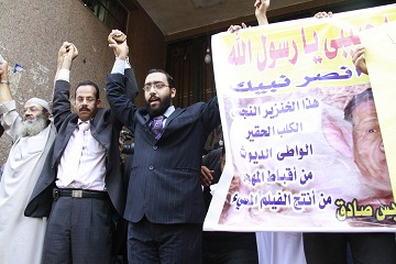 Supporters of cleric Abu Islam chant outside a courthouse in Cairo. (DNE / FILE PHOTO / Mohamed Omar)