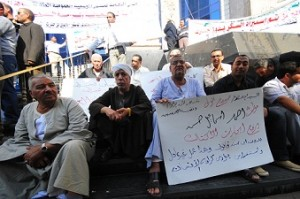 Newspaper vendors gather outside the Journalist's Syndicate building. (DNE / Hassan Ibrahim)