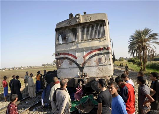 Egyptians inspect the damage caused by train accident in the province of Assuit, south of Cairo on November 17, 2012. (AFP PHOTO / STR)