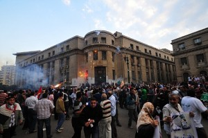 Pro and anti-Morsy protesters clash in front of the High Court. (DNE / Hassan Ibrahim)