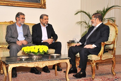 Ramadan Abdullah Shalah (centre) met with President Mohamed Morsy on Sunday evening. (Photo courtesy of Egyptian Presidency)