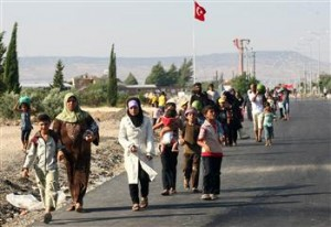 Syrian refugees walk out of the refugee camp in Kilis. (AFP PHOTO)