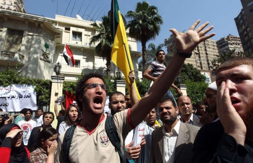 Egyptian protesters take part in a demonstration in front of the Saudi Arabia embassy in Cairo on April 24, calling for the release of Egyptians who have been detained in the kingdom. (AFP PHOTO / KHALD DESOUKI)