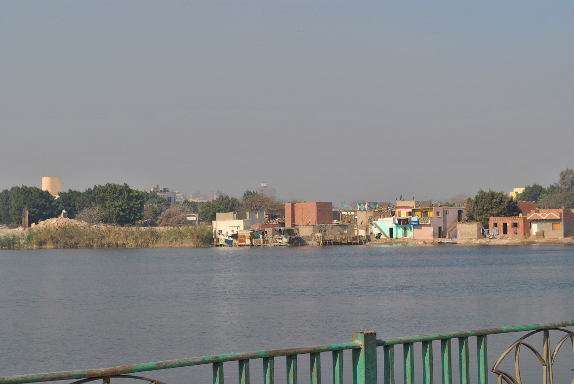 The slums are threatened by the lake Sayed Ahmed