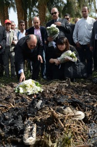 Ezat Saad, Governor of the ancient temple city of Luxor and Japanese Okumura Hatsuko director of Japanese division in an Egyptian travel agency lay flowers at the site of a hot air balloon accident (AFP Photo / Khaled Desouki)