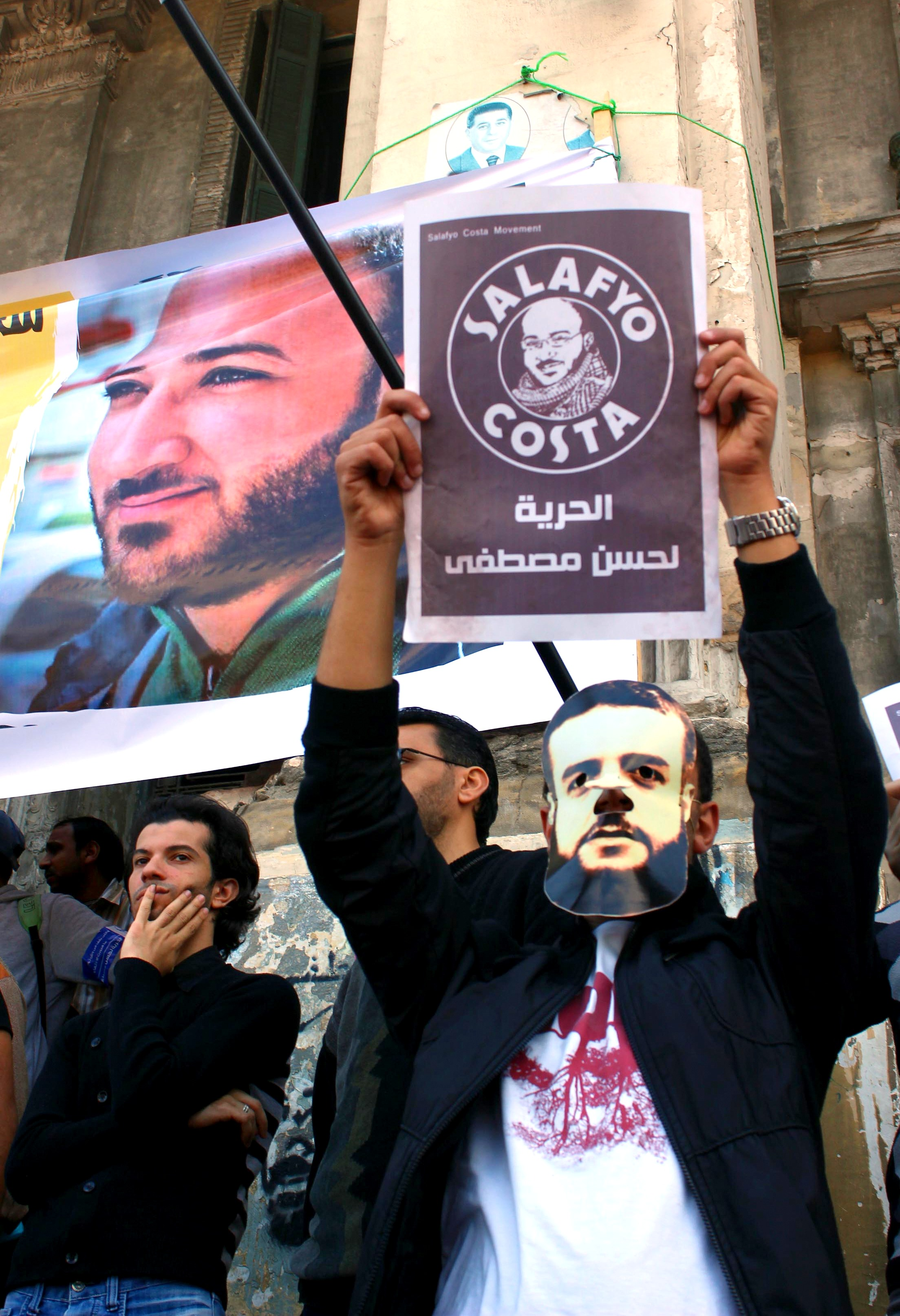 Protesters demonstrate in solidarity with Hassan Mustafa outside Al-Mansheya court in Alexandria (Photo by Ahmed Arab)