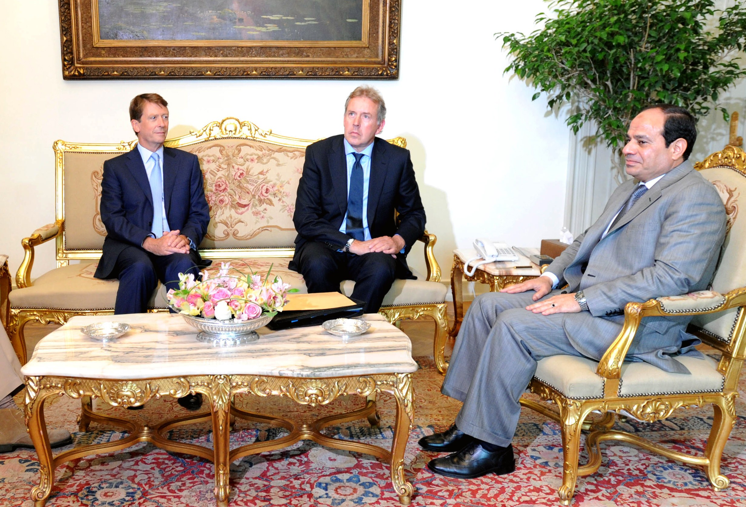 A handout picture made available on June 9, 2014 by the Egyptian presidency shows Egyptian President Abdel Fattah al-Sisi (R) meeting with British Prime Minister's National Security Adviser, Sir Kim Darroch (C) and British ambassador to Egypt, James Watt (L) at the presidential palace in Cairo. Sisi became on June 8, 2014 Egypt's second elected president since the overthrow of Hosni Mubarak, which unleashed more than three years of political turmoil in the Arab world's most populous nation.  (AFP PHOTO / HO / EGYPTIAN PRESIDENCY)
