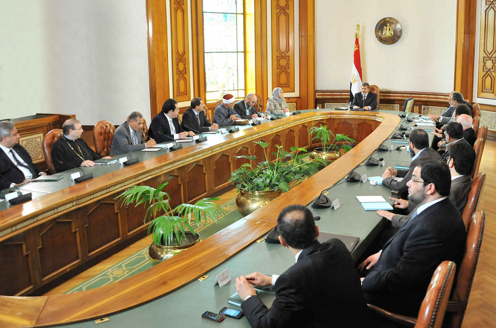 A handout picture released by the Egyptian presidency on June 3, 2013, shows Egyptian President Mohamed Morsi (C top) meeting with political figures to discuss the country's water crisis and Ethiopia's dam project on the Blue Nile. (AFP Photo)