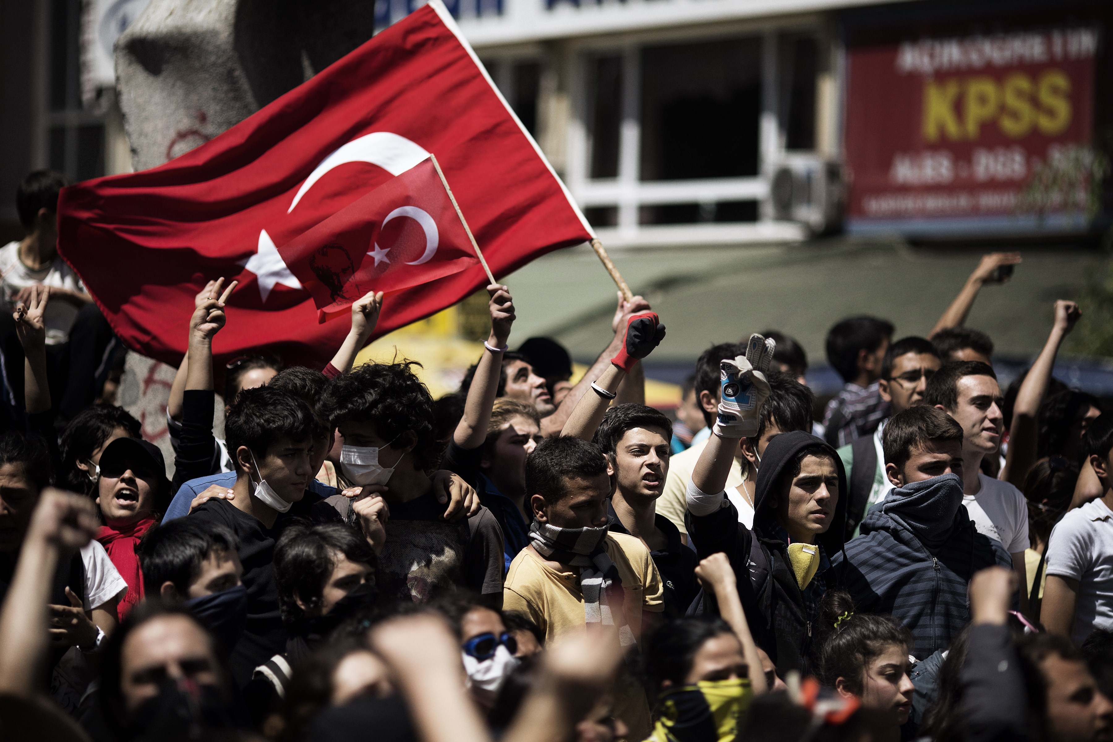 Turkish demonstrators hold their national flag on June 4, 2013 during a protest in front of the prime minister's office in Ankara. (AFP Photo)