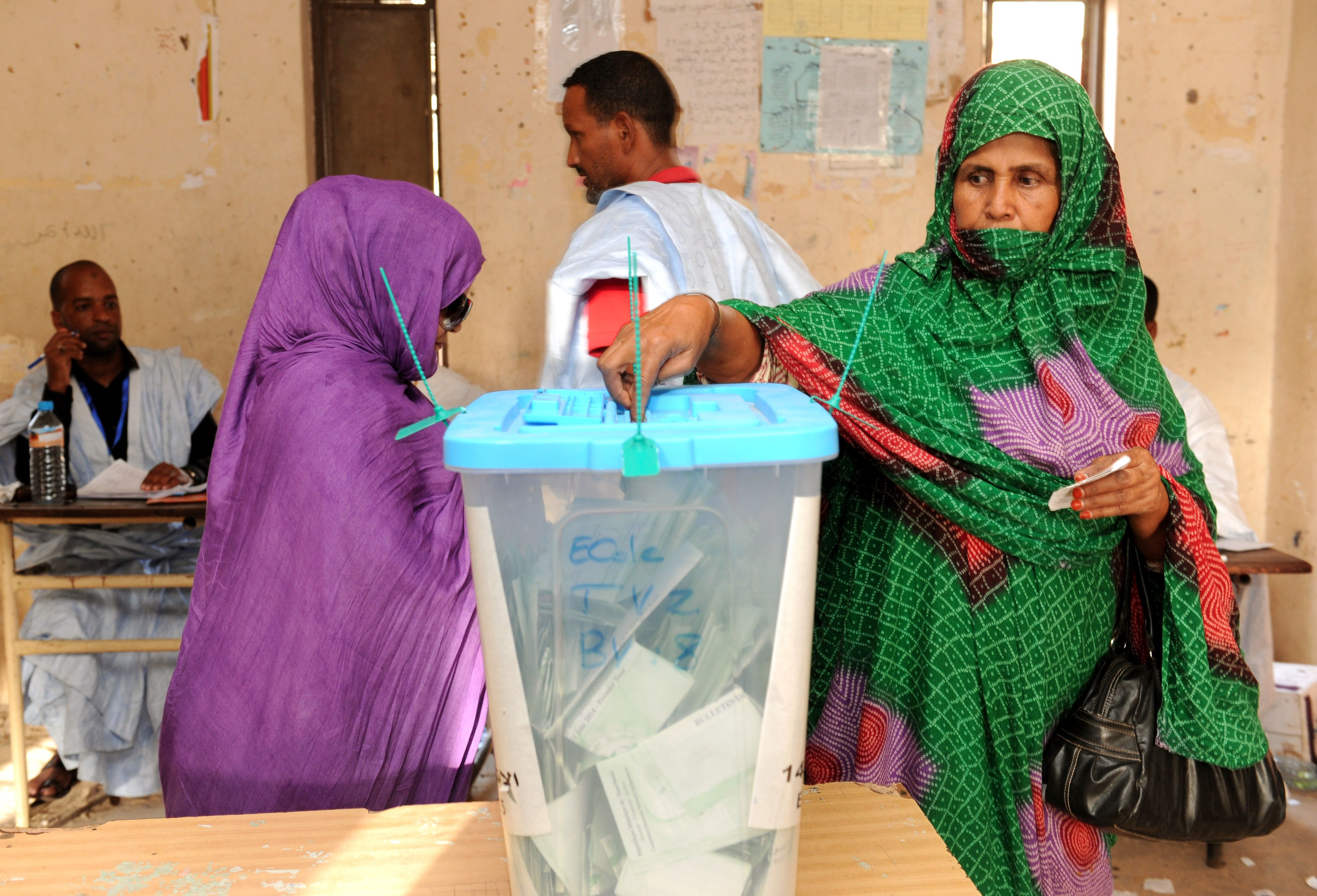 A Mauritanian woman casts her ballot at a polling station in Nouakchott, on June 21, 2014, during the presidential elections. (AFP PHOTO / SEYLLOU)