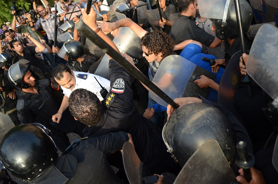 Police and CSF personnel try to separate between protesters supporting the current minister of culture and those demanding his resignation (Photo By Halim Elshaarani)