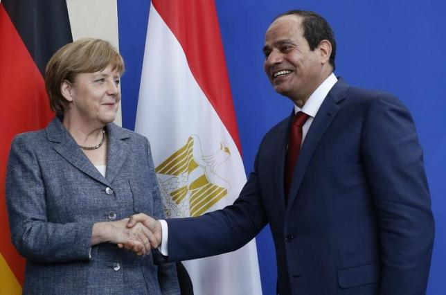 German Chancellor Angela Merkel and Egypt's President Abdel Fattah Al-Sisi shake hands following a news conference at the Chancellery in Berlin, Germany June 3, 2015. REUTERS/Fabrizio Bensch
