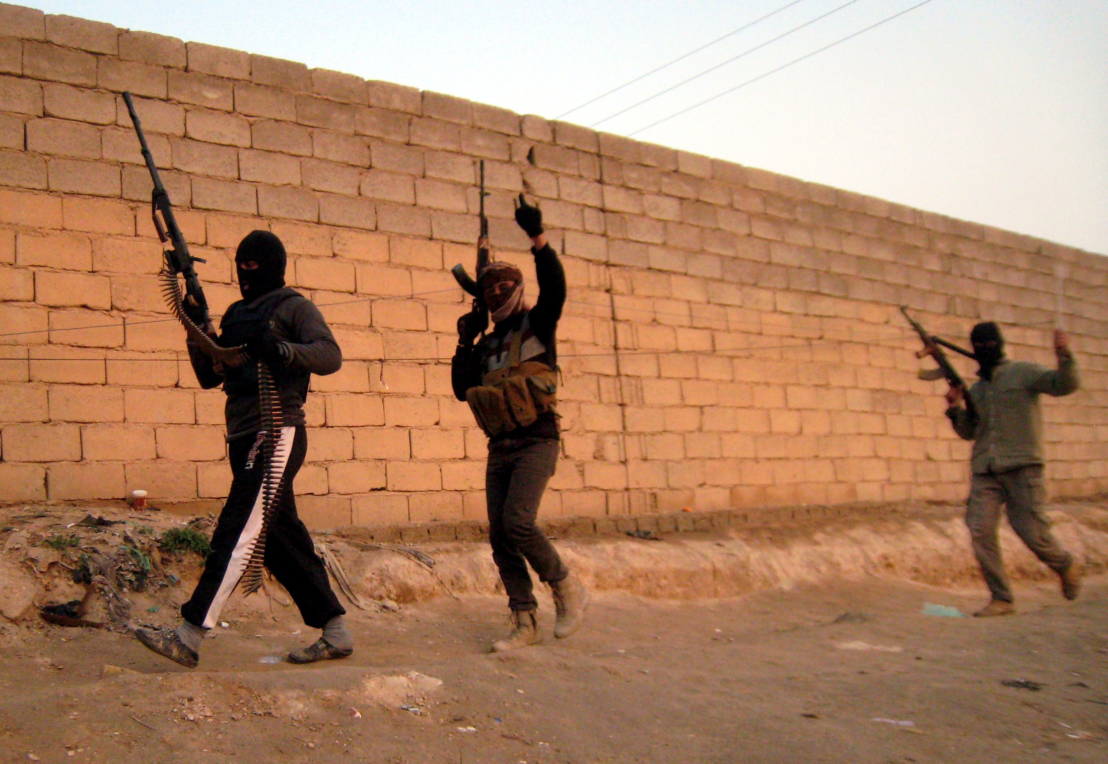 A picture taken on 21 January  2014 shows anti-government fighters moving towards their position during clashes with Iraqi security forces in the Anbar city of Fallujah (AFP Photo)