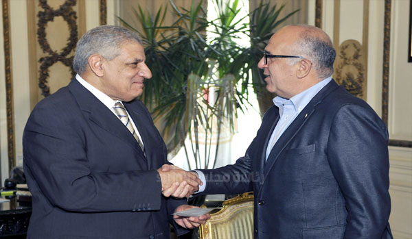 Alaa Arafa gave Ibrahim Mehleb an EGP 5mn cheque (Courtesy of the Egyptian Cabinet)