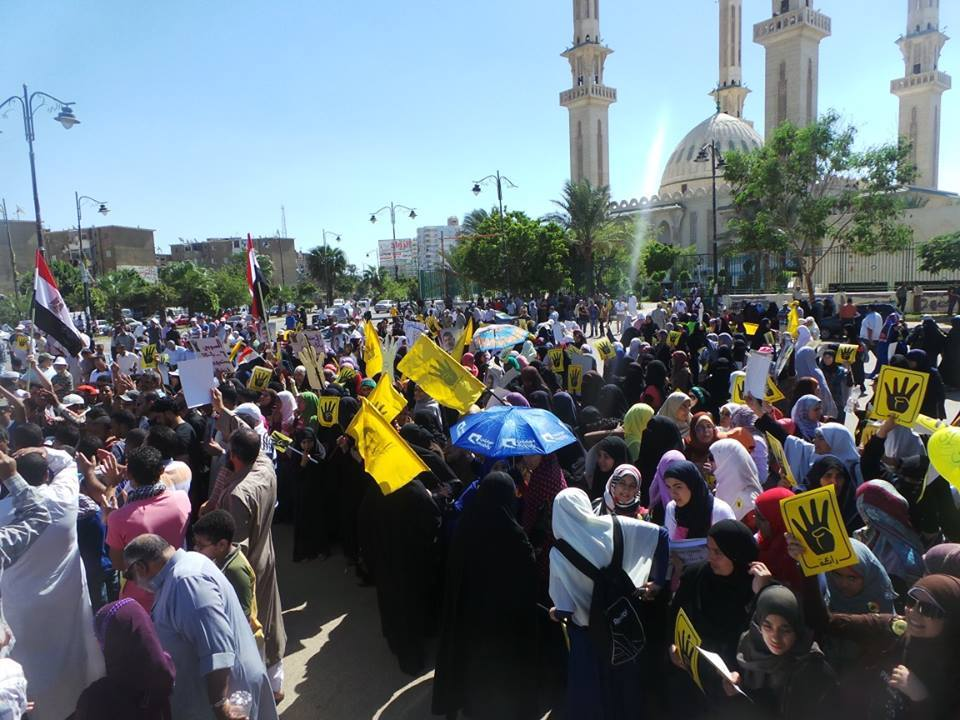"""Hundreds of """"anti-coup"""" protesters began marched towards Al-Arba'in square in Suez (Photo by Hassan Ghoneima)"""