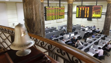 Traders work near the exchange bell at Egypt's Stock Exchange (EGX) in Cairo July 3, 2013. Cairo's benchmark dipped 0.3 percent, slipping off a three-week high and extending 2013 losses to 9 percent. Bourse data showed that foreign investors were sellers but Egyptians remained net buyers on hopes a military intervention would put an end to the Islamist president's rule. REUTERS/Mohamed Abd El Ghany (EGYPT - Tags: BUSINESS)