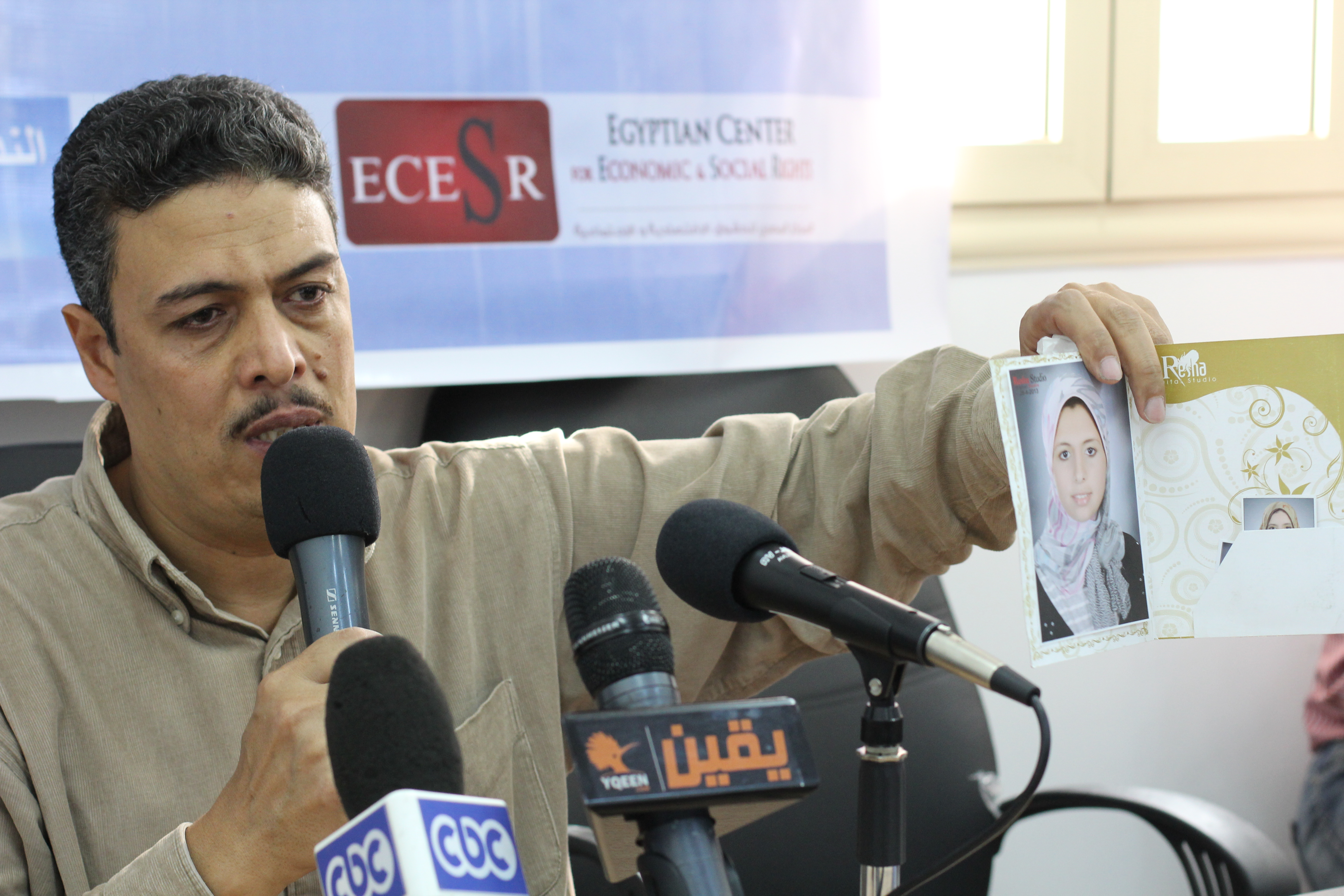 Ramadan Abdel Hamid, father of formerly detained Rawda, holds a picture of his daughter during the press conference held by EIPR, denouncing her detainment  (Photo by Fady Ashraf)