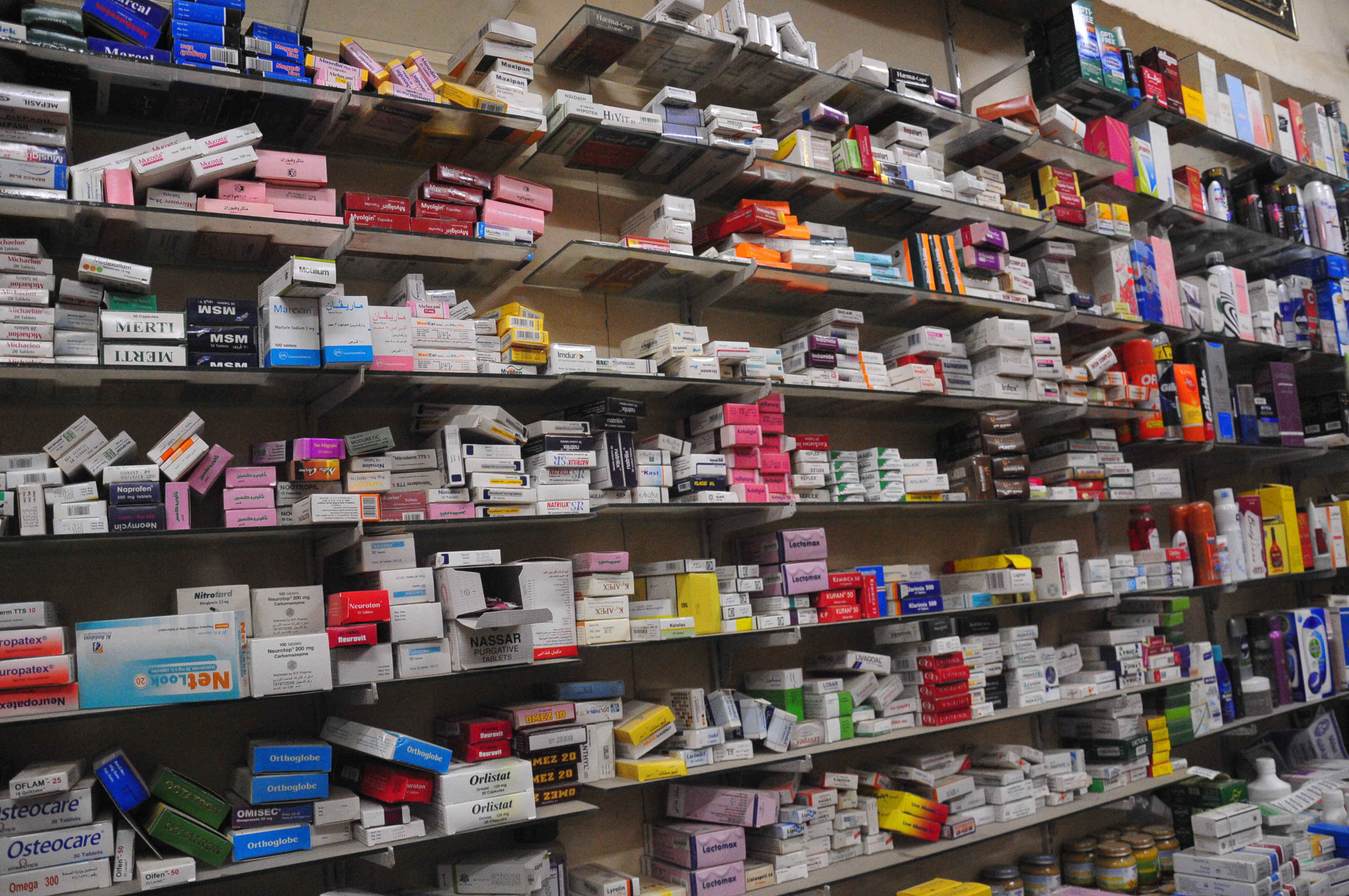 The Ministry of Health announced on Wednesday its intention to prepare a draft to amend the Egyptian pharmacy law in order to combat unlicensed pharmaceutical products, as well as illegal pharmacies. (DNE Photo)