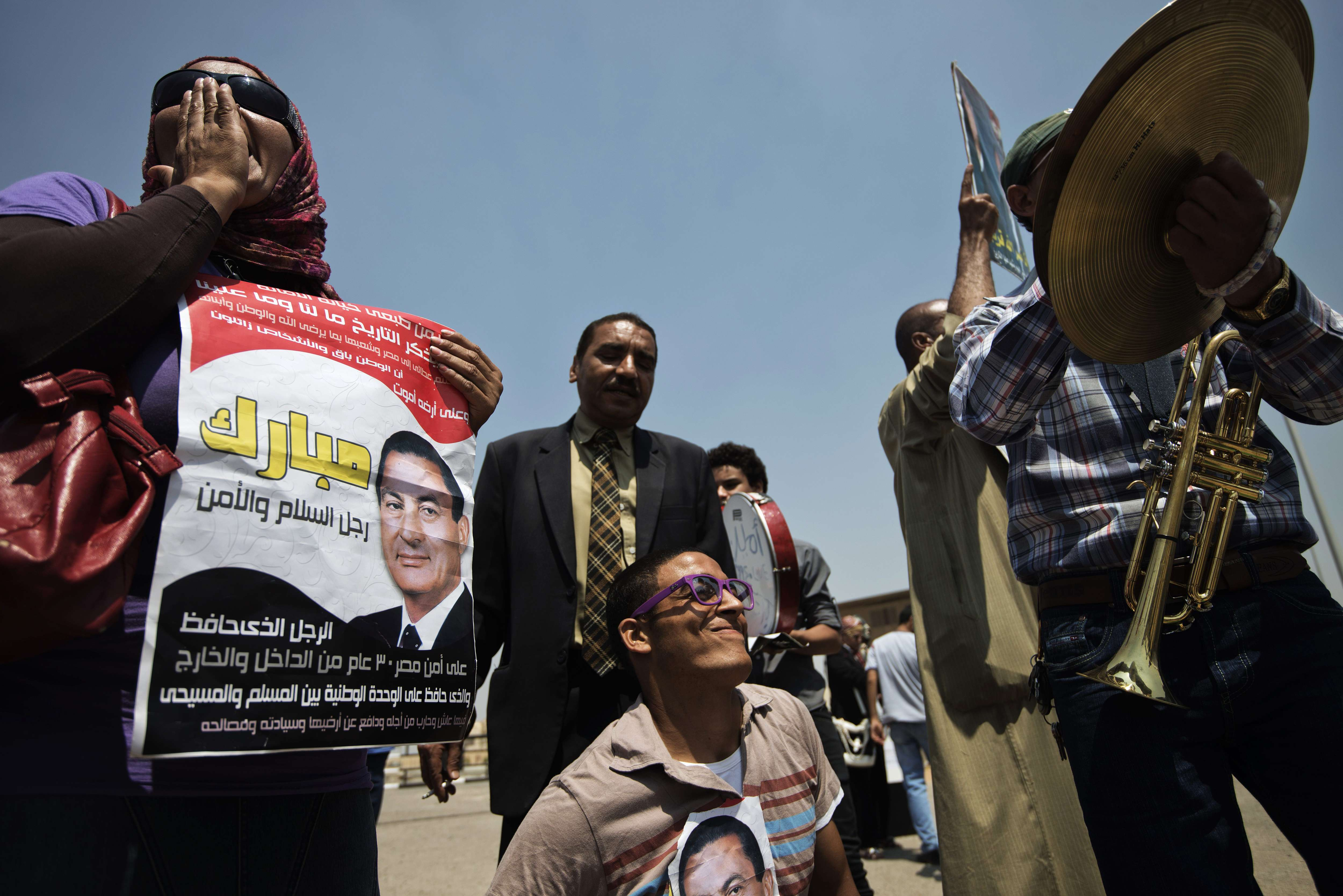 Supporters of ousted Egyptian president Hosni Mubarak (picture) shout slogans outside the police academy in Cairo during a hearing in his retrial on July 6, 2013.  (AFP Photo)