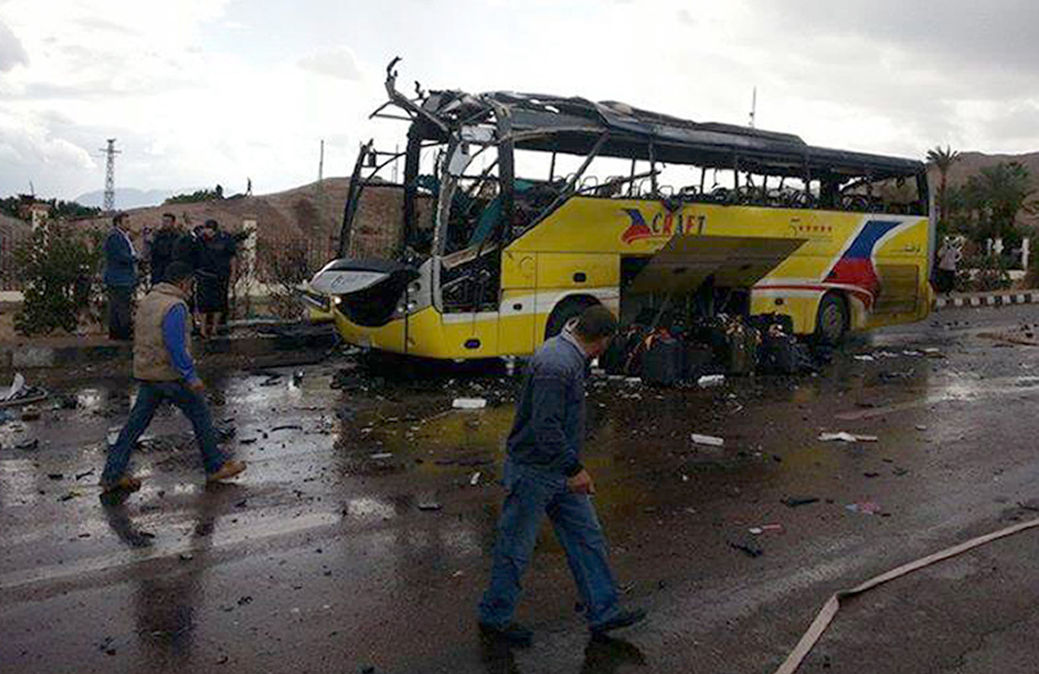 A picture taken on February 16, 2014 show the wreckage of a tourist bus at the site of a bomb explosion in Taba.  (AFP PHOTO / STR)