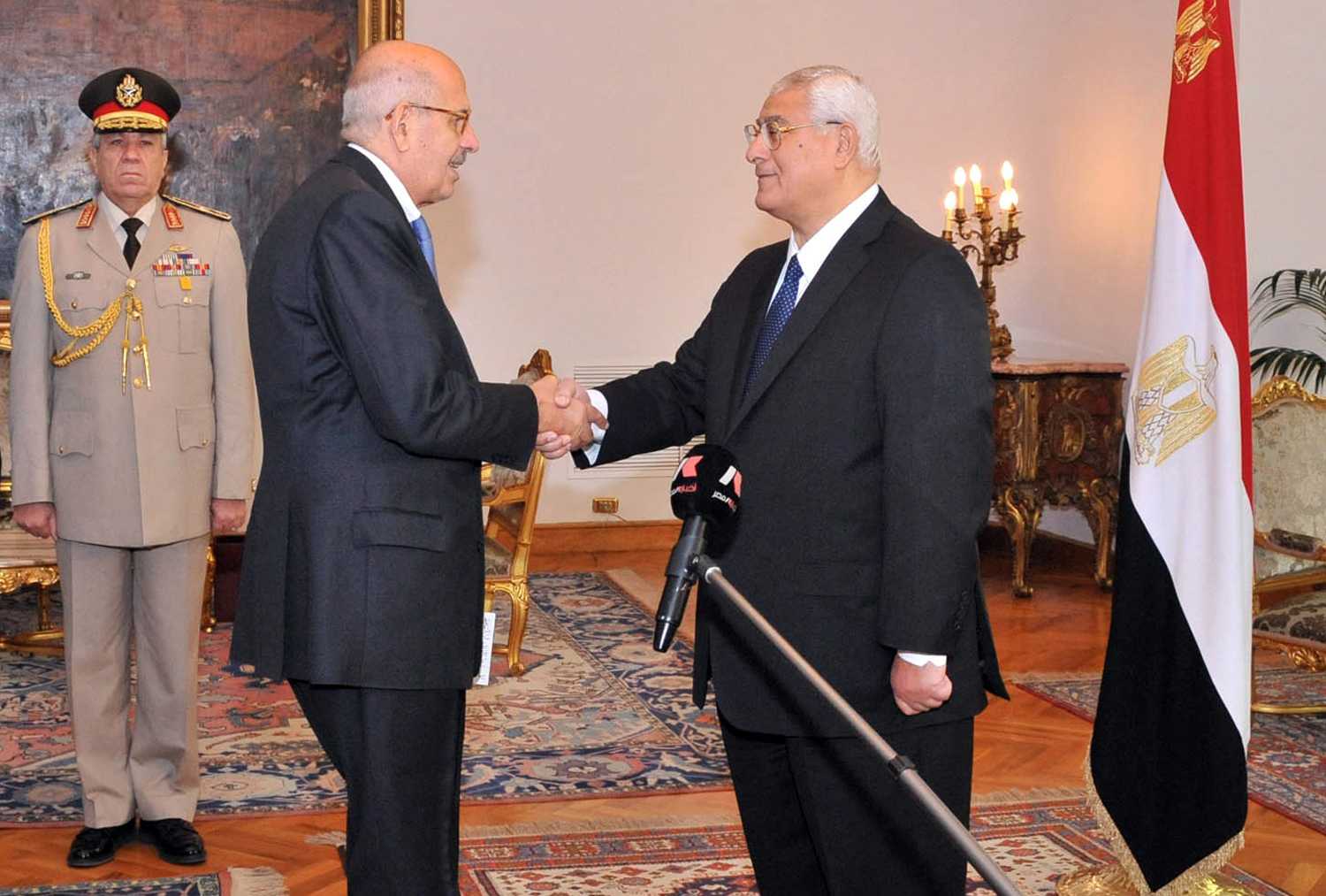 A handout picture released by the Egyptian Presidency shows Egyptian leader Mohamed ElBaradei (C) being sworn in as Egypt's interim vice president for foreign relations, in front of Egypt's interim president Adly Mansour (R), in Cairo on July 14, 2013. (AFP Photo)