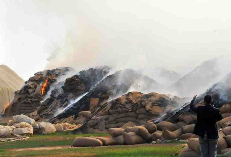 Sacks of wheat burn following Syrian air strikes in the town of Ras al-Ain near the border with Turkey on November 16, 2012 (AFP Photo/Bulent Kilic)
